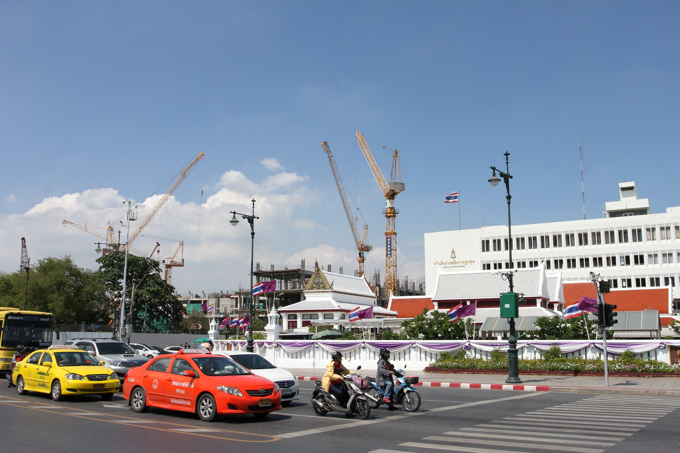 Four Liebherr luffing jib cranes build Thailand's new Supreme Court