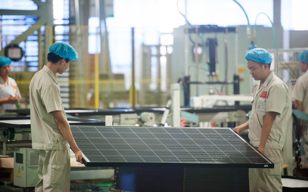 Workers on a solar panel production line in a Yingli Solar factory. Yingli plans to set up a 300-megawatt solar panel plant under a joint venture with Thailand's Demeter Corp in Rayong, about 140 kilometers southeast of Bangkok.[Photo/China Daily]