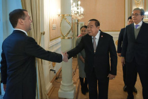 Russian Prime Minister Dmitry Medvedev, left, greets Thailand's Defence Minister Prawit Wongsuwon and Thailand's Deputy Prime Minister Somkit Chatusriphithak, right, during their meeting in Moscow, Russia, Wednesday. (AP photo)