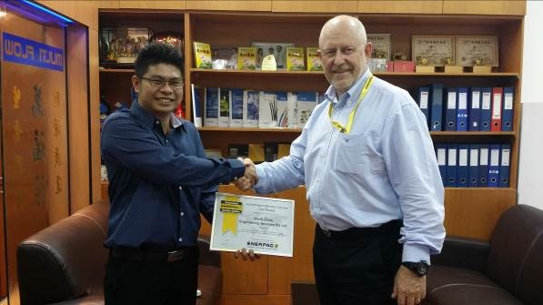 Mr Ken Chang, left, of Multi-flow Engineering Service Pte Ltd in Singapore receives his Authorised Service Centre certificate from Enerpac Asia Pacific Regional Director, Anders Mangen, right.